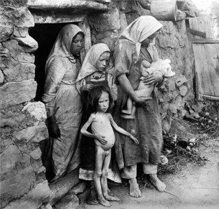 Семья голодающих в одной из волжских деревень