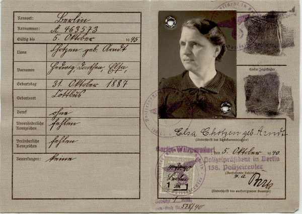 Немецкая Kennkarte серого цвета, с маркой в печати и кольцевым креплением на снимке