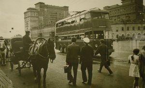 Двухэтажный троллейбус фирмы ЕЕС на улицах Москвы. 1937 год
