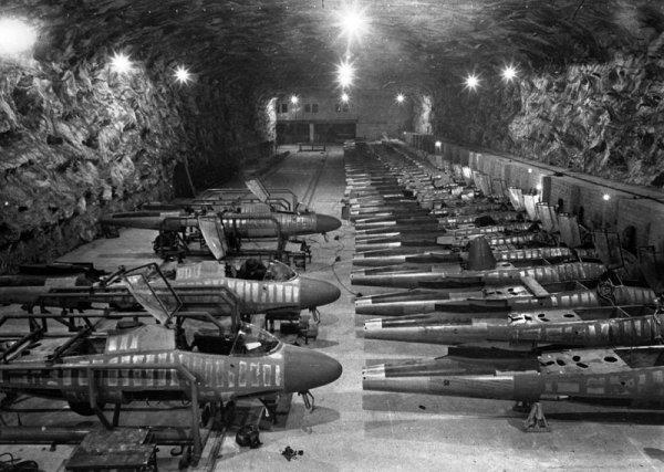 Демонтаж оборудования на одном из немецких подземных авиазаводов