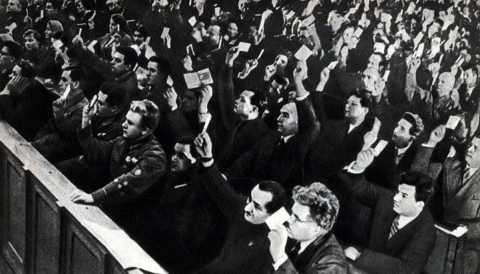 Делегаты съезда Советов голосуют за принятие Конституции СССР