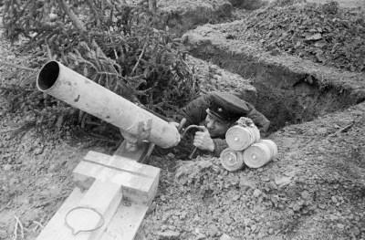 Отправка выстрелом из миномета агитационных листовкок в окопы противника