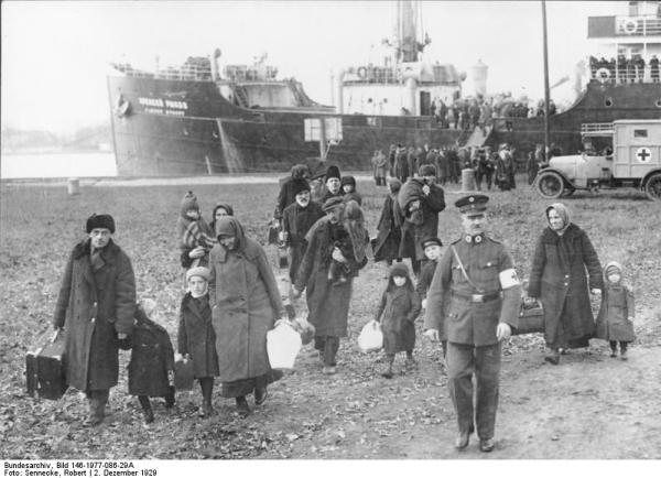 Die Not der Wolgadeutschen. Ankunft des ersten Seetransportes deutsch-russischer Bauernflüchtlinge in Swinemünde- Osternothafen am 2.12.1929. 31242) Truppenweise verlassen die von ihrer Scholle Vertriebenen mit ihrer geringen Habe den Transportdampfer