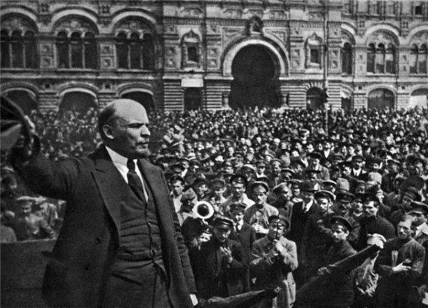 Ленин на параде Ленин принимает парад Всевобуча на Красной площади 25 мая 1919 года