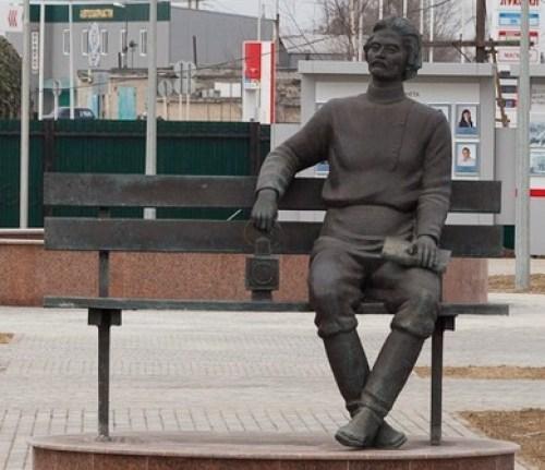 Памятник Максиму Горькому, установленный в 2013 году