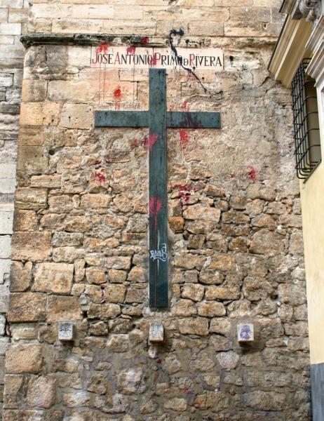 Памятный крест Хосе Антонио на стене собора Куэнка