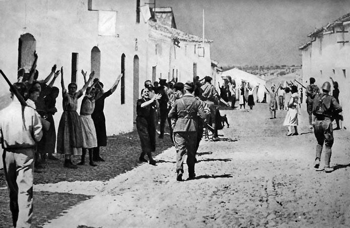 1936 г. Женщины села Константина близ Севильи пытаются защитить своих мужей, которых войска Франко ведут на расстрел.