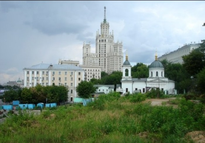 Храм Святителя Николая в Котельниках на современном фоне