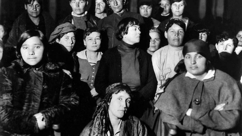 Александра Коллонтай (на фото в центре) разожгла такой интерес к половым вопросам, что власти долго не могли его потушить