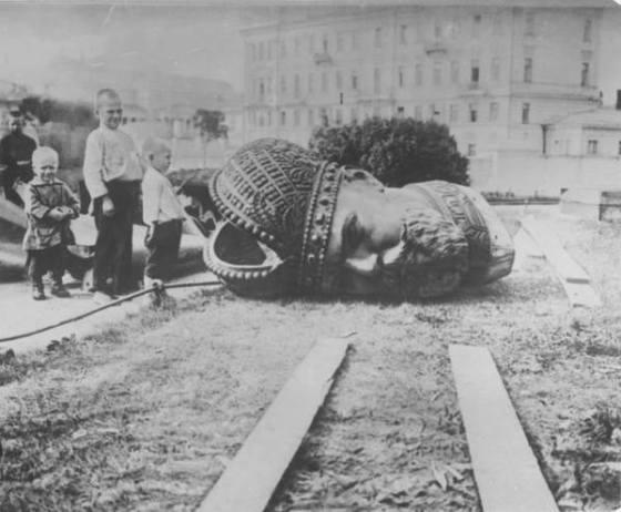 Снос памятника Александлру III. 1918 года.