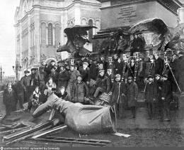 Трудно понять - относится ли этот снимок к 1918 году, или это фото времен съемки фильма Эйзенштейна в 1927 году.