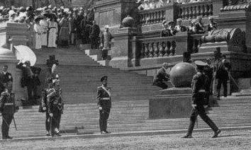 Увеличенный фрагмент парада, снятый со стороны набережной. Хорошо видны два человека с треногами и камерами - один в правой части фотографии, другой слева, облокотившийся на парапет
