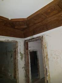 В одной из комнат особняка сохранился оригинальный орнамент, выполненный из красного дерева.