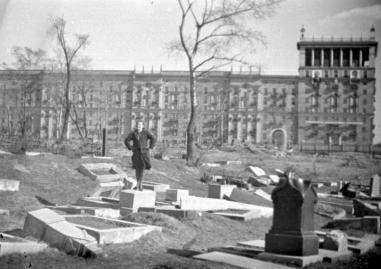 Девушка позирует на опрокинутом постаменте Еврейского кладбища на месте нынешнего дома 30/32 по Кутузовскому проспекту. Напротив, с портретами В.И.Ленина и И.В.СТалина - нынешний дом 35 по Кутузовскому проспекту. 1947 год.
