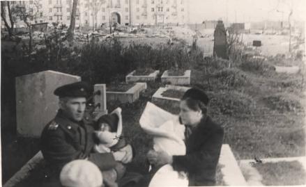 Примерно на том же месте семья военного. 1945 год.