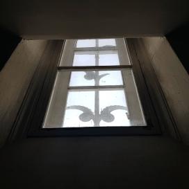 """Изящное """"готическое"""" окно - взгляд изнутри."""