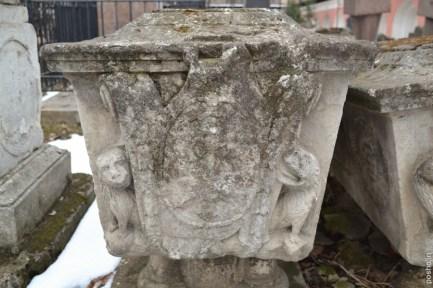На самом деле надгробие Салтычихи стоит рядом (на снимке оно слева). Справа к нему прислонилось надгробие её сына Фёдора, умершего в том же 1801 году, что и его мать. Говорят, что при желании на надгробии Салтычихи можно различить 139 выцарапанных крестиков - в память о замученных ею людях.