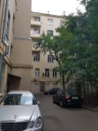 Внутренний двор дома на Чаплыгина, 15. Слева хорошо видна труба собственной котельной.