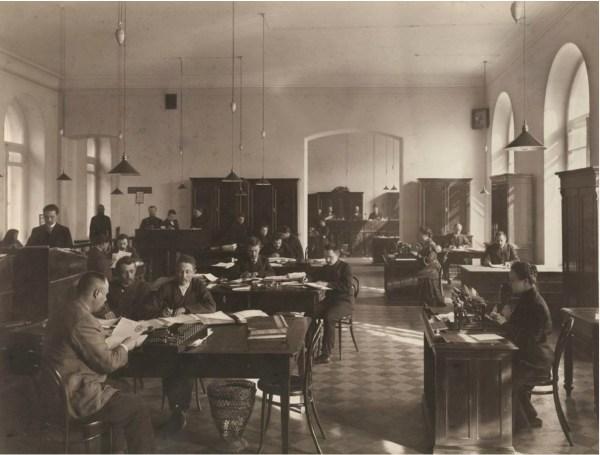 Служащие канцелярии городской управы Нижнего новгорода за работой 1900 г.