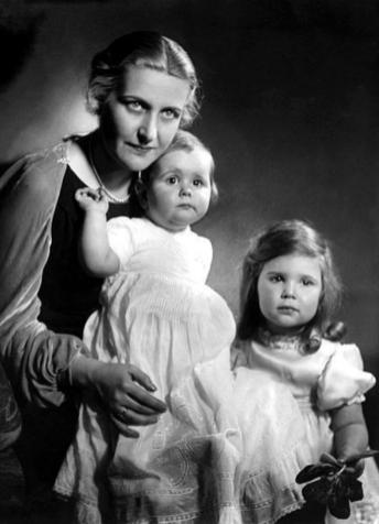Официальная пропаганда лепила из Магды Геббельс образ примерной матери