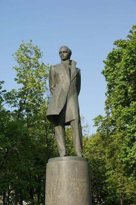 Памятник М.Ю.Лермонтову в сквере у Красных ворот. Поэт с грустью взирает на место, где стоял его дом.