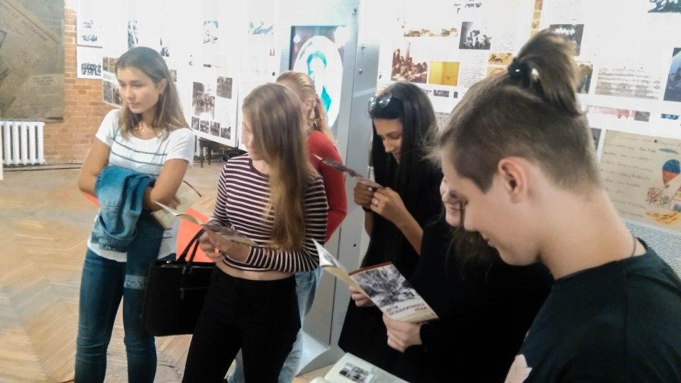 В начале экскурсии ребята ознакомились с информацией об истории и организаторах выставки. Вот это концентрация!