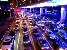 Die Autobahnbrücken sind blau beleuchtet