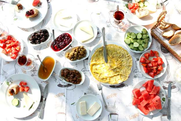Authentic-Turkish-breakfast-Doga-Pansiyon-photo-by-Little-Big-Bell