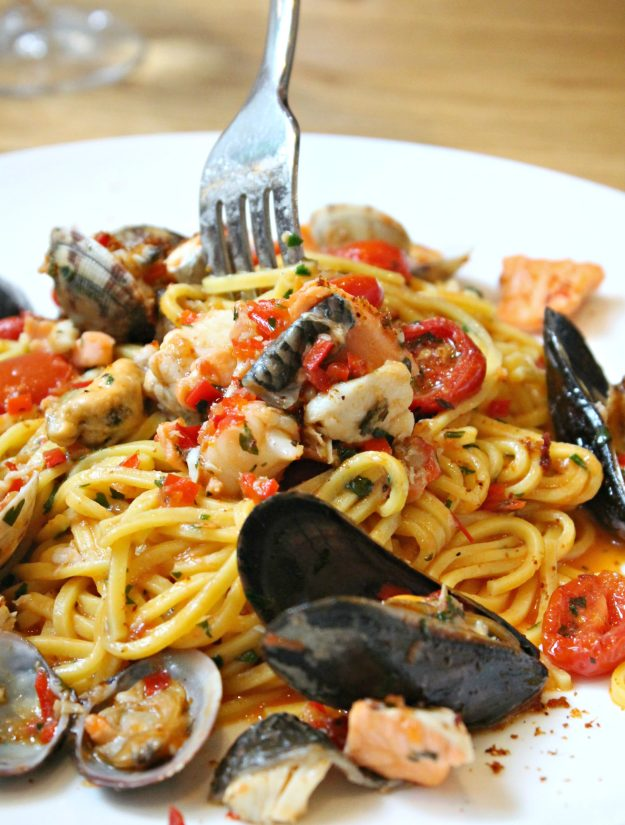 Linguini-with-clams-at-Theo's-simple-Italian-photo-by-Little-Big-Bell