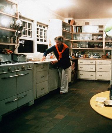 Katharine-Hepburn-in-her-kitchen