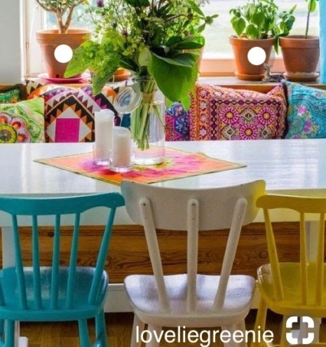 loveliegreenie keeps the paint bold in a breakfast nook