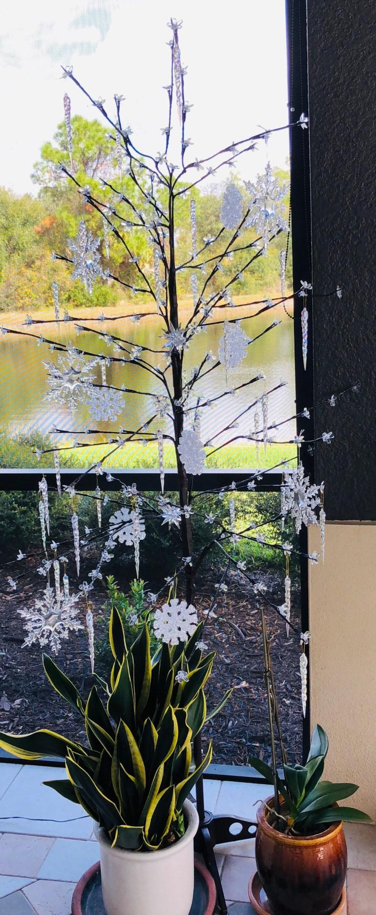 laurelbledsoedesign-minimalistic-holiday decor-patio-christmas-tree