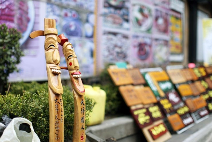 Where to stay in Seoul - Insa-dong is a popular traditional street where you can get to see various traditional galleries, restaurants, cafes, and tea houses. You'll also be able to shop for traditional souvenirs along the shopping street.