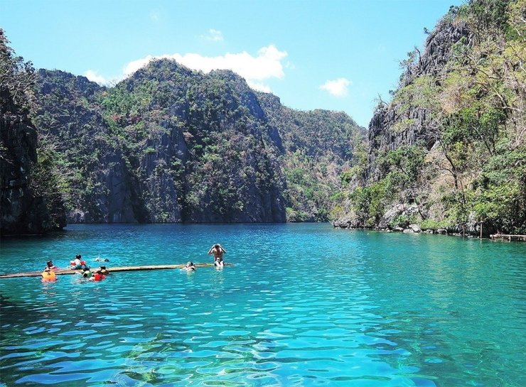 Kayangan Lake is the highlight of a holiday in Coron. Gorgeous emerald waters surrounded by towering karst formations give you an out-of-this-world experience. Visiting Asia's cleanest lake is just one of the best things to do in Coron, Philippines.