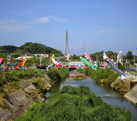 Koinobori (鯉幟) over the Tengan River
