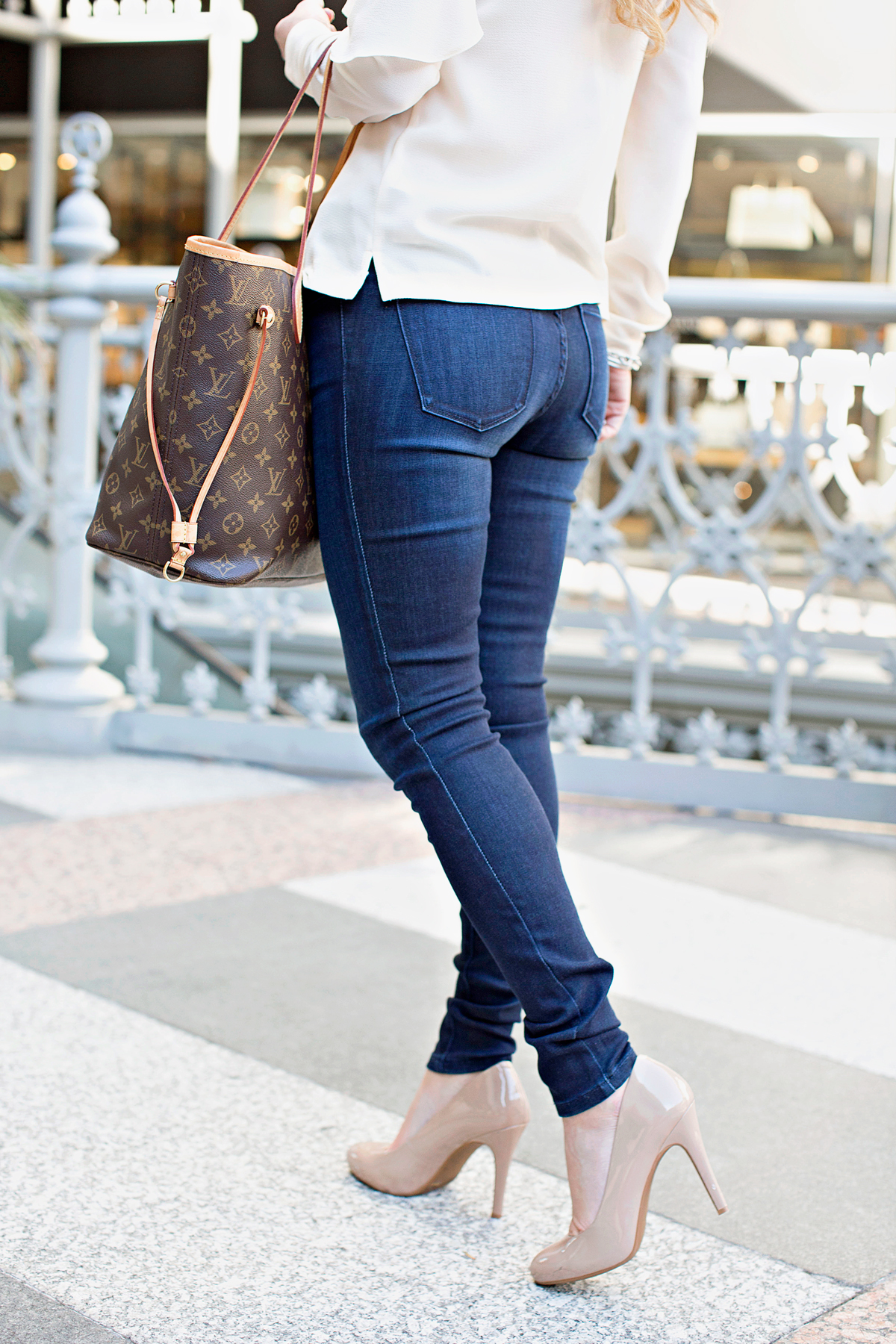 The best and most flattering jeans | What to wear for meetings | Work meetings | Casual Meeting Attire | Casual jeans look | Easy look with jeans | white ruffle top | effortless everyday look