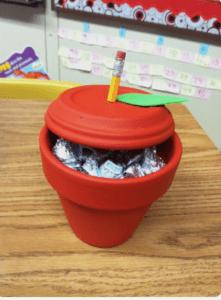 Apple Candy Holder for Teachers Appreciation Week. Easy Teacher Gifts littlemissblog.com