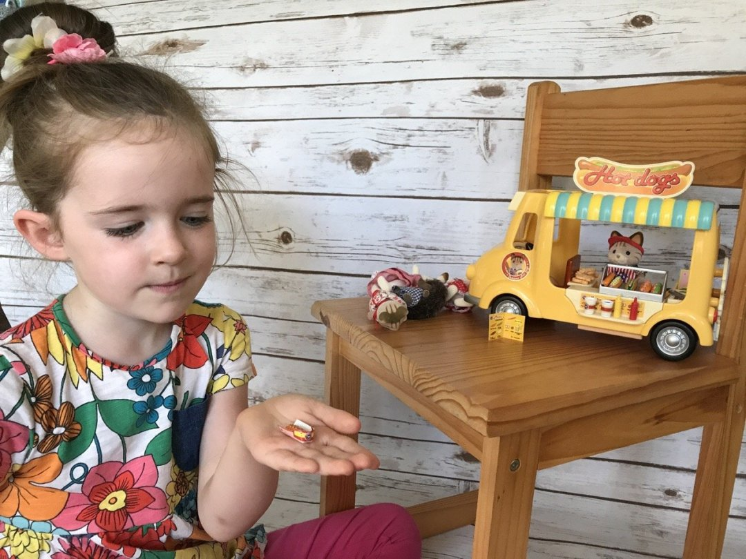 Sylvanian Families Hot Dog Van eden playing