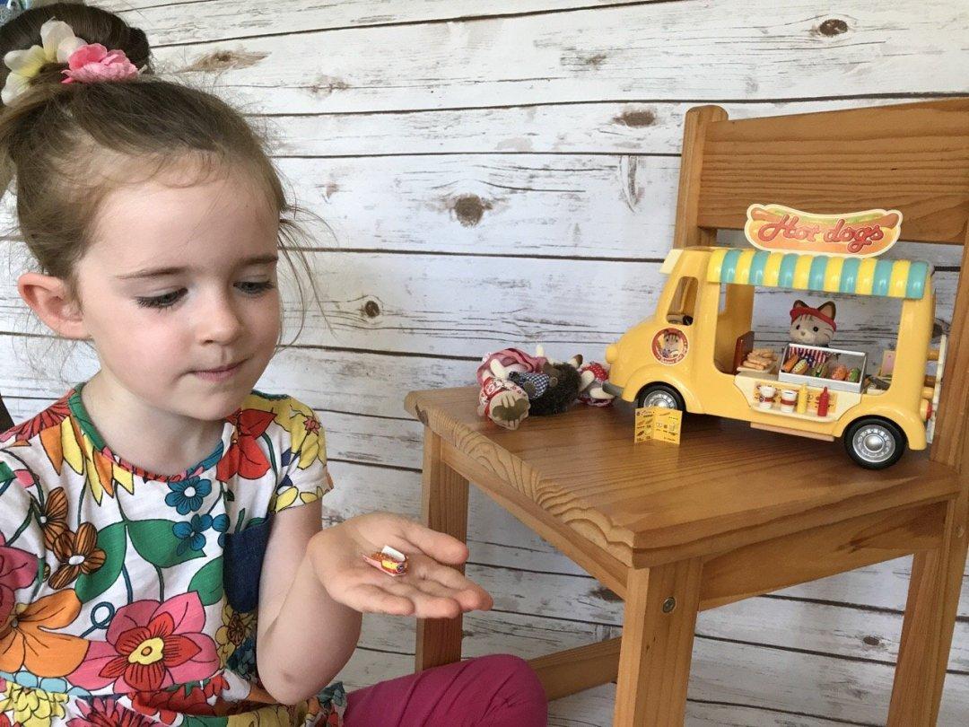 Sylvanian Families Hot Dog Van eden playing
