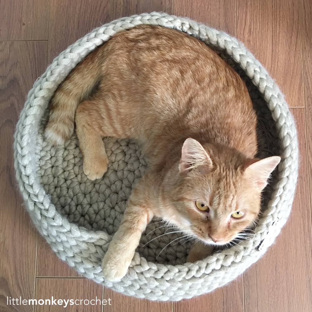 Free Crochet Cat Bed Patterns to make, cat caves, donuts, pouffes ... | 1000x1000