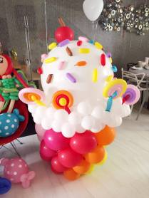 giant-cupcake-balloon-display