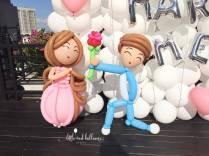 man-proposing-to-girl-balloon-sculptures