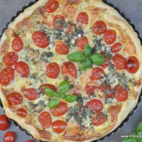 {Spätsommerglück} Fruchtige Tomatenquiche mit frischem Basilikum
