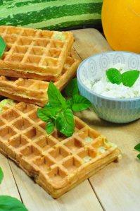 Dieses Rezept für knusprige Zucchiniwaffeln geht einfach und ist so lecker. Perfekt für die schnelle Sommerküche!