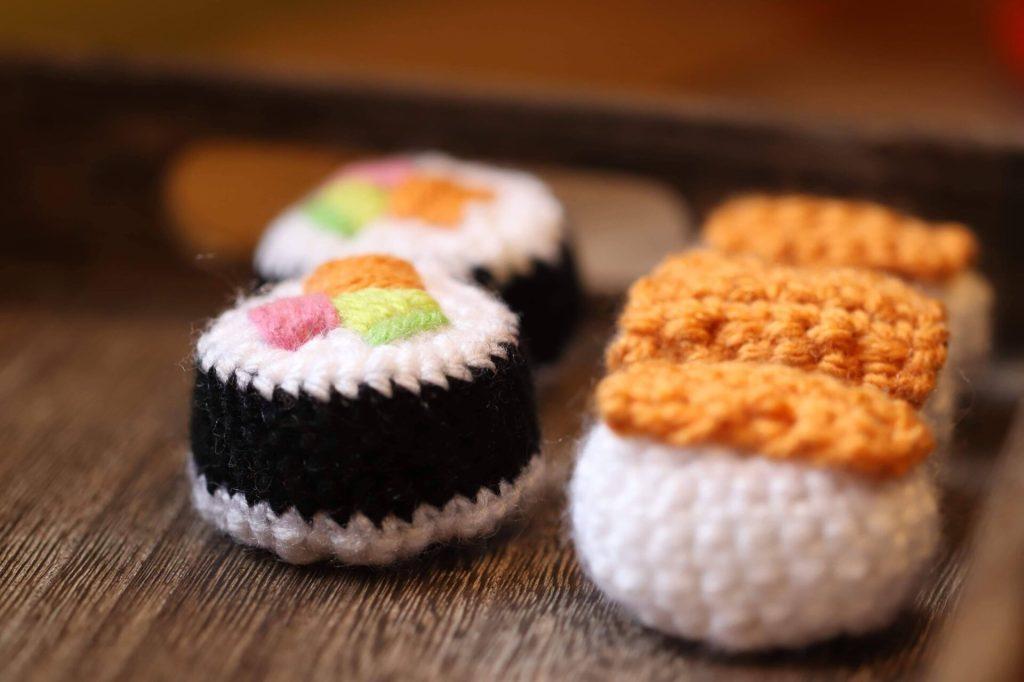 easy crochet sushi in a free pattern