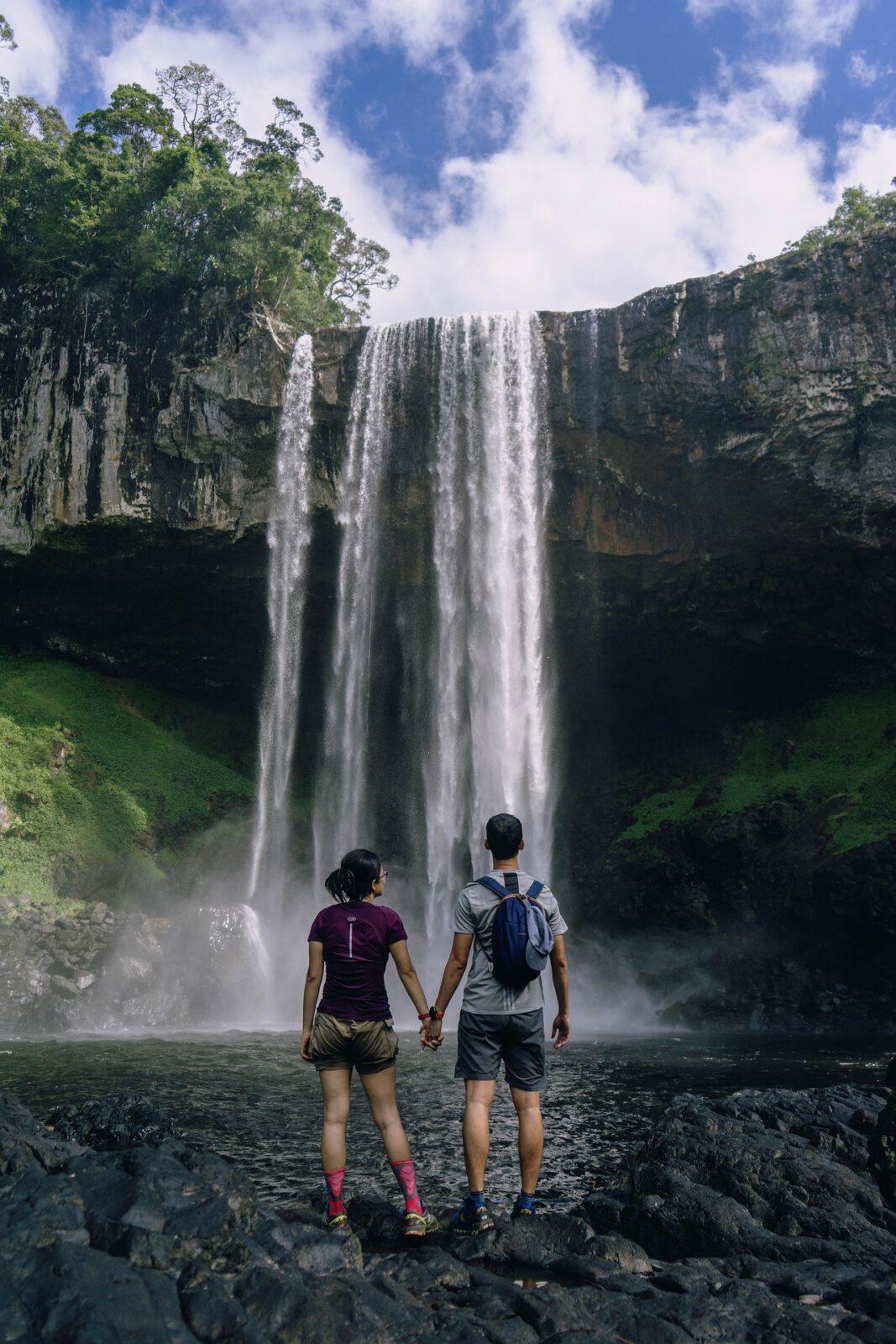 Paar steht am Wasserfall