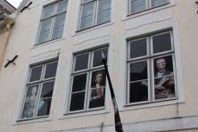 窓から覗く不気味な人々