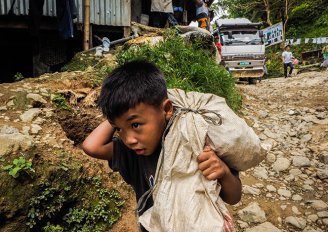 Mercury gold 013 - child in Diwalwal photo