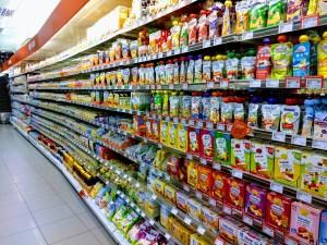 Supermarktregal mit Baby Brei und Quetschies