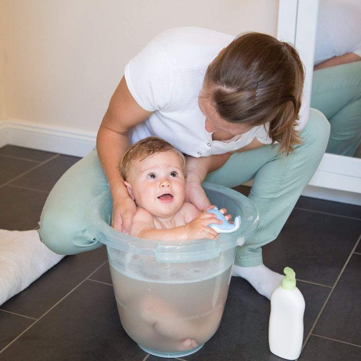 Baby badet im Babybadeeier Tummy Tub